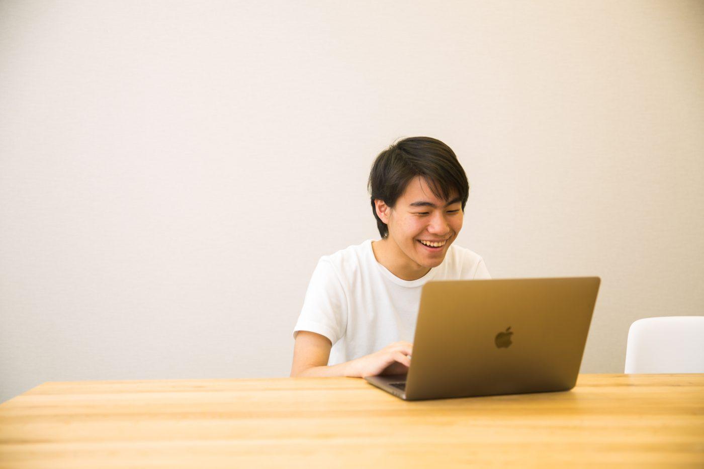 """6歳のときに初めてパソコンに触れた山内氏。10歳で独学でプロミングを習得し、中学生の頃にはスタートアップでの就業経験を積む。すでに業界内では""""天才プログラマー""""の異名を勝ち取っていた。"""