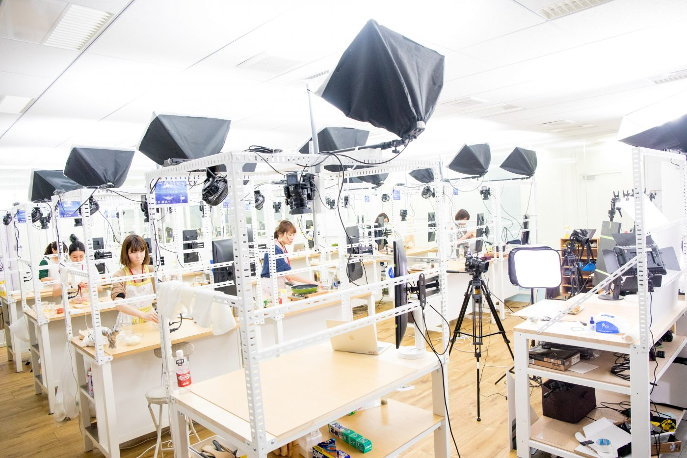 キャプション:『DELISH KITCHEN』の動画を作成する自社内スタジオ