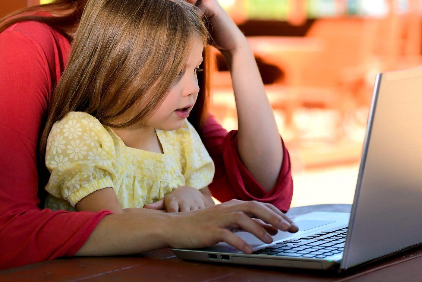 エストニアは90年代からIT教育を推進し、2012年にはプログラミング教育を初等教育(7歳)で導入を開始。JavaやC++などのプログラミング言語やロボット工学などを学習する。