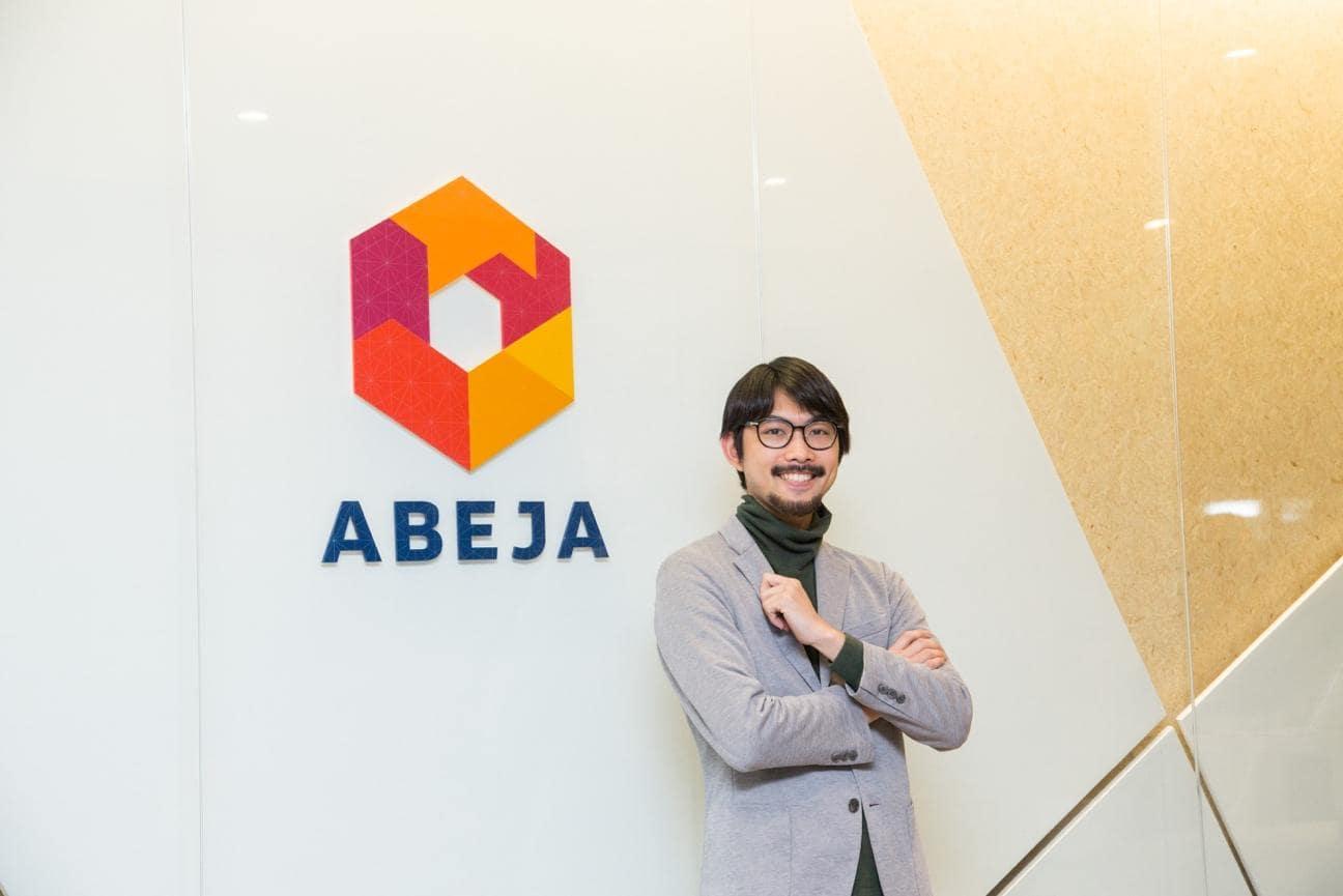 高校時代からプログラミングに興味を持った寺本氏は、大学時代には自らゲームアプリの開発を始め、ランキングトップ10入りするようなアプリのリリースを連発していた。しかし、このまま自分たちだけで開発を続けても、世の中に対して大きなインパクトサービスを作れるイメージが持てず、SEGAに入社する。