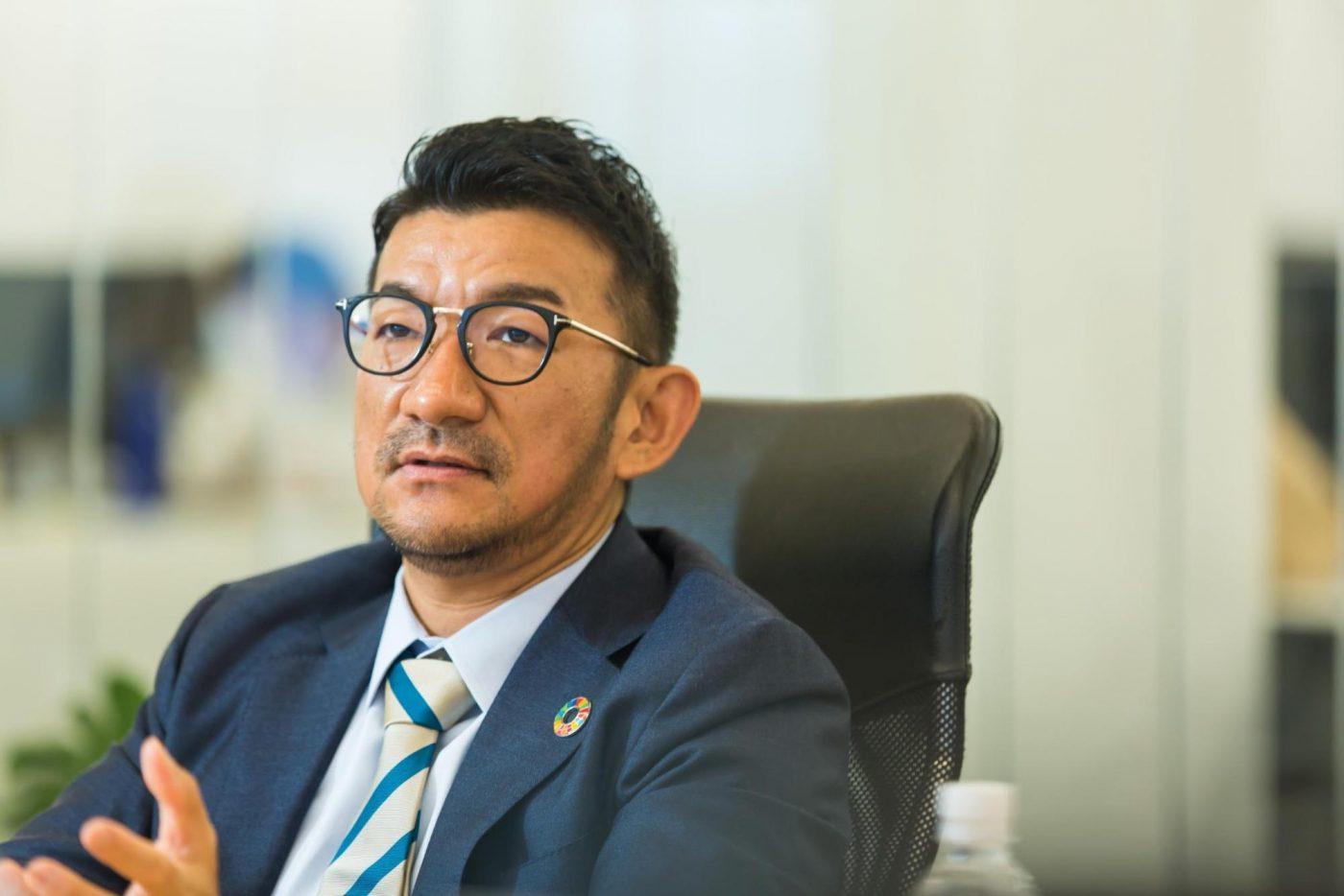 台湾でのストーンペーパーの安定生産が難しいことを知った山﨑氏は、大きな決断をする。ストーンペーパーとは異なる、新しい技術での自社開発だ。新技術にも関わらず特許が取得されていなかったため、自社でも生産ラインを整えられると踏んだ。