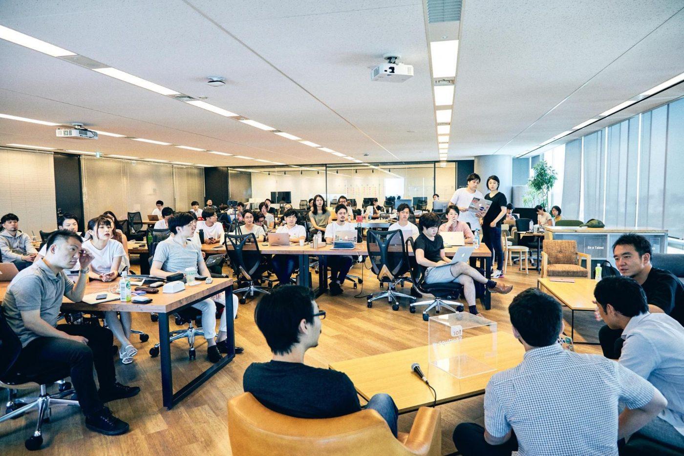 ここからは、勉強会の参加者であるfor Startupsメンバーから挙がった質問に答える時間に。勉強会内で取り上げられた6つの質問について、順番に掲載する。 Q . 日本のスタートアップは製品の値付けが上手ではないと感じる。先に安値で展開してマーケティングする企業が多い中、どのように価格設定を工夫しているのか? 宮田 「僕もSmartHRをリリースしたばかりのとき、価格設定を安くしすぎたと感じることがありました。初期は、一企業の平均単価が数千円でしたから。ただ、ヒロさんからご紹介いただいたアメリカの投資家の方とお話する機会をいただいたときに『Slackも初期はそうだった』と教えてくれて。
