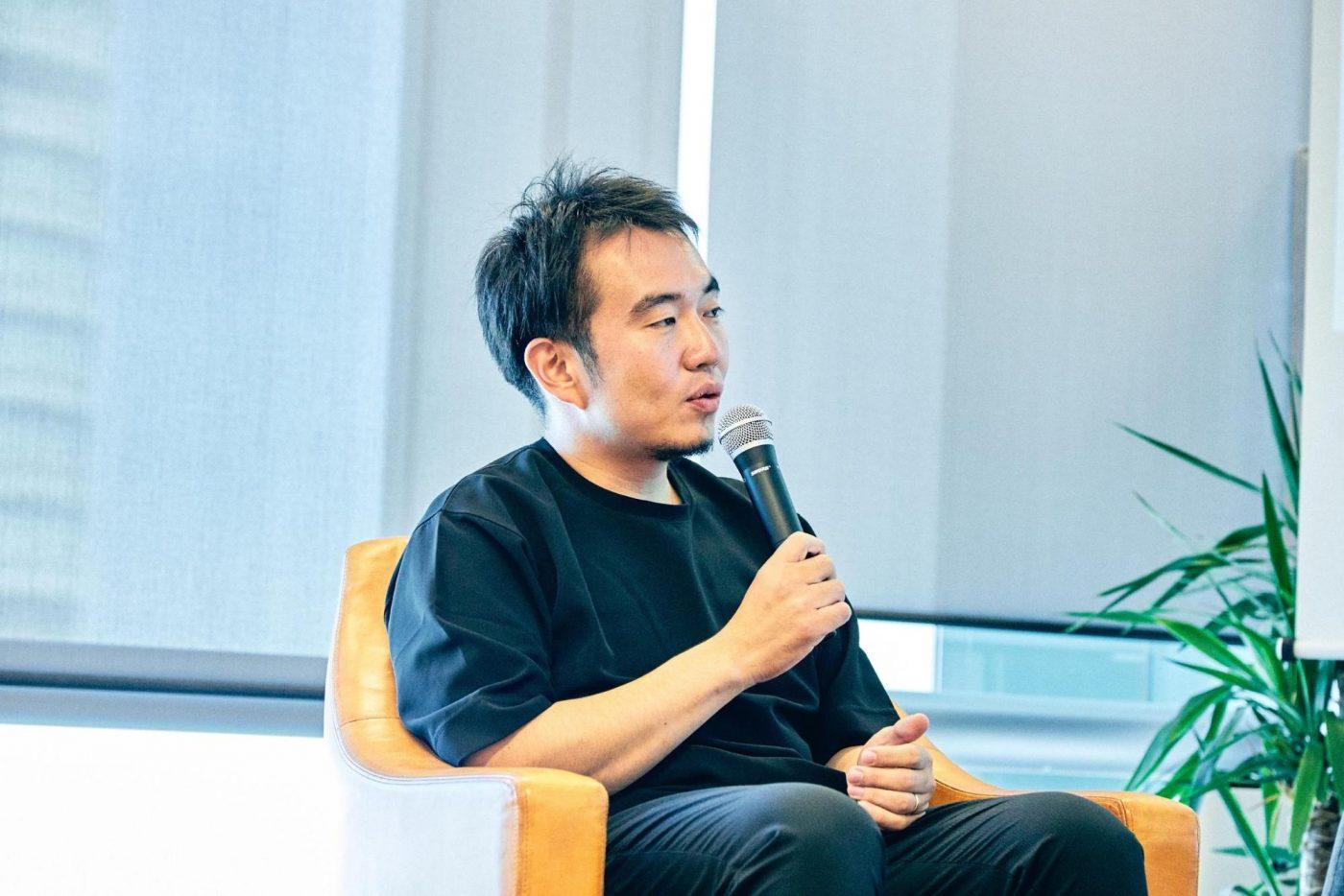 宮田 「ヒロさんは、昔、日本版 Y Combinator と呼ばれていたOpen Network Lab(オンラボ)を設立した方だったので、単純にすごいなと思っていて。当時、FrilやWHILL、FONDなど、オンラボ出身のスタートアップが乗りに乗っていたので、ヒロさんに関わってもらえることが成功への近道だと感じていたんです。   まあ、有名な投資家が関わったから必ず成功するわけではなく、結局自分たちでやっていくんですが、SaaS知識がゼロだった僕たちに色々なことを教えてくれました。   Jamesさんは、さきほど彼が言ったような流れで出資を切望してくれたので。とにかくアグレッシ