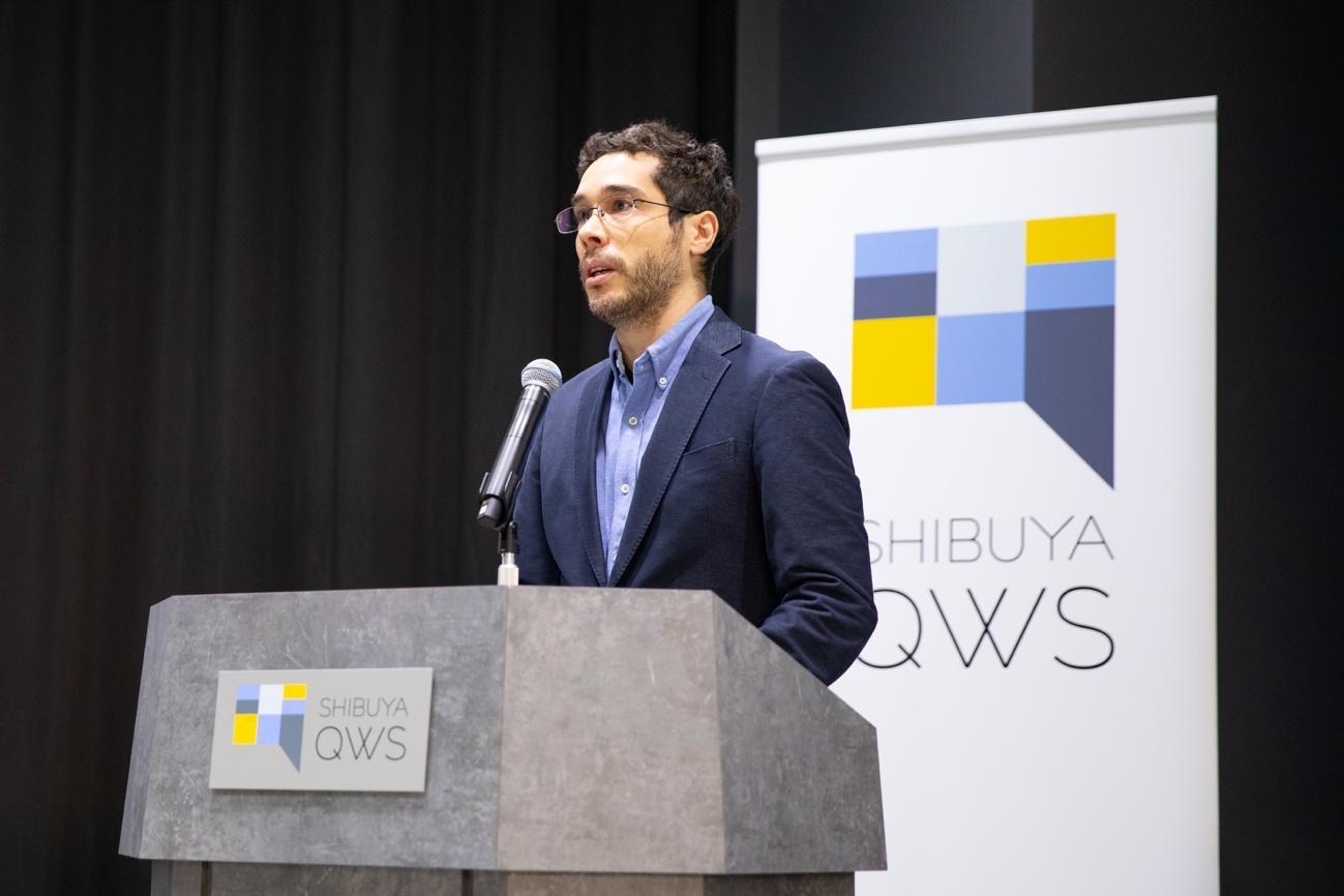 ピッチの先陣を切るのは、EDGEofのCo-CEOを務める小田嶋Alex太輔氏。同社は行政とスタートアップを橋渡しするプラットフォーマーとして活動。起業家・投資家・研究者・各国大使館を繋ぐハブとして、プログラムやイベントを開催している。実績として30カ国以上のスタートアップに対して日本進出をサポートしており、直近ではオーストリアのスタートアップのアクセラレータを務めた。