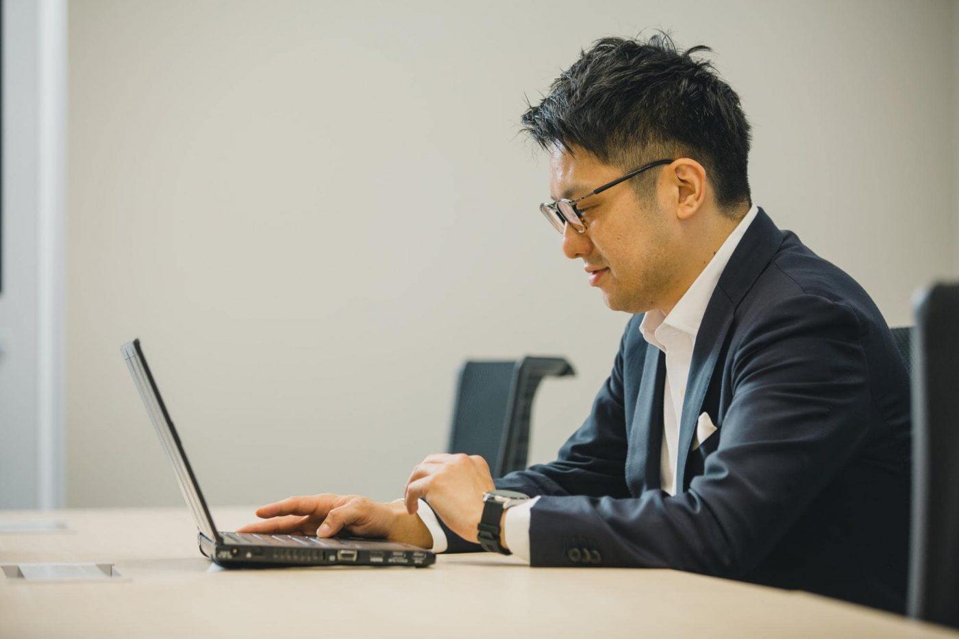 「起業家や先生方を支援し、両者をつなげて新たな事業や産業を創り出したい」。経産省を脱藩した岡橋氏の覚悟