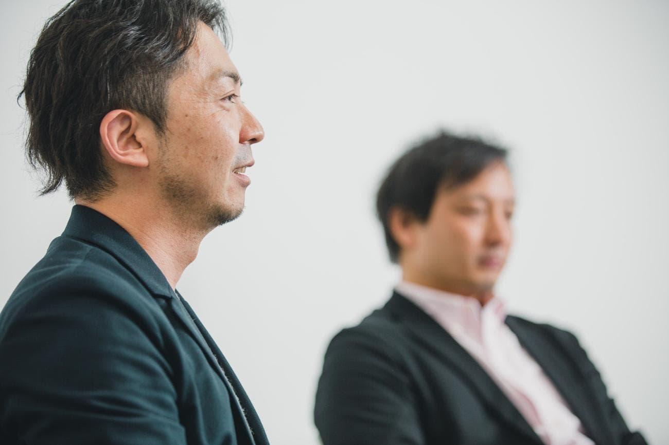 テックプランターでは、日々人類の課題を解決するための事業が作られている。世界には、日本に住んでいては想像もつかないような課題が蔓延している。しかし、それを課題だと決めつけるのは日本人のエゴだと井上氏は話す。 井上「東南アジアでは当たり前のように子供がさらわれている国だってあります。他にも多くの違いがあり日本に住んでいる私たちにとっては、それらは大きな問題に感じるかもしれません。しかし、その国で育った人たちにとっては日常の一部になっていて、課題だと感じていないこともあるのです。そんな状態で私たちが課題を解決しようとするのは、価値観の押し付けですし、現地に関する知識がないため、なかなか解決できません。 大事なのは現地で課題意識と課題に対する知識、つまりベクトルを持ったアントレプレナーが現れることです。私たちにできることは、課題を解決しようとする彼らをサポートすること。彼らの知識と私達がもつ課題解決の知識やテクノロジーが組み合わさって、初めて世界の課題が解決されていくのです」 丸氏は先日フィリピンで投資した27歳の起業家について話してくれた。上場する気のなかった彼は、最初は投資を受けるのを拒んだとも言う。 丸「彼はフィリピンで子供が誘拐されるのをなくすために起業していて、そのビジョンに共感した私は彼をサポートしたいと申し出ました。上場する気はないから投資はいらないと言っていた彼が、最終的に投資を受けてくれたのは私達が持つ知識を必要としてくれたからです。経営の知識や世界の最先端テクノロジーなど、私達が持つ知識で最大限彼をバックアップしたいと思っています。 東南アジアでは、課題を解決したくても解決するための知識を持っていないアントレプレナーが大勢います。そういった人たちを教育していくのも私達の役割だと思っています。日本でも地域特有の課題に向けて動いている起業家たちがいますね。そういう地方の起業家たちの支援にも力を入れています」
